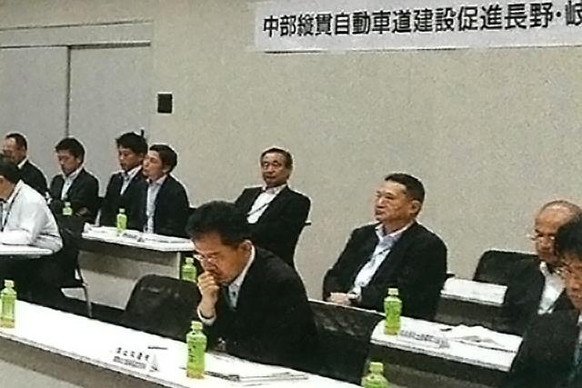 長谷川建設部長らと総会に出席